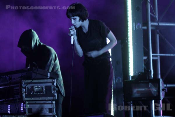CRYSTAL CASTLES - 2010-08-29 - SAINT CLOUD - Domaine National - Scene de l'Industrie